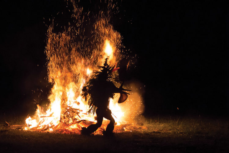 Baining fire dance in Rabaul Silversea ekspedīciju kruīzs